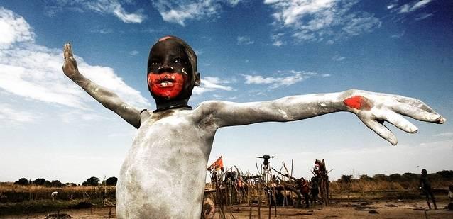 Et askekledd Mundari-barn som feirer Sør-Sudans frigjøringsdag i 2011. (Foto:Freedom House/Flickr)