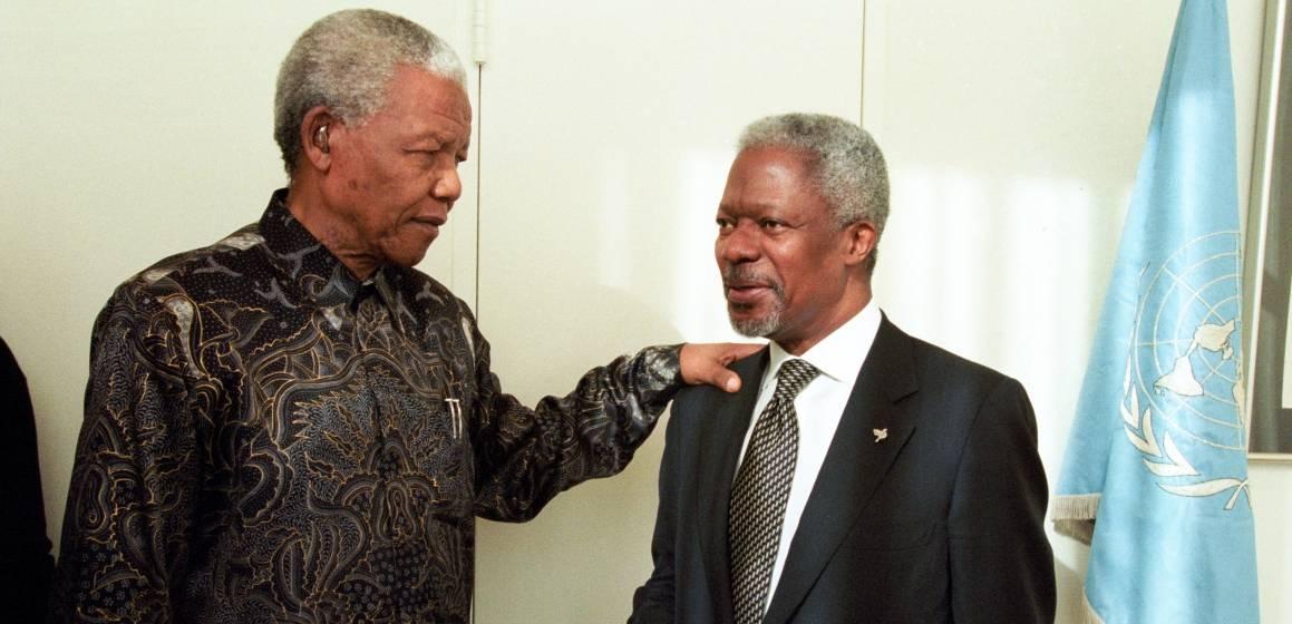 Nelson Mandela var med på å legge til rette for fredsprosessen i Arusha. Her møter han FNs generalsekretær Kofi Annan i 2000. UN Photo/Milton Grant