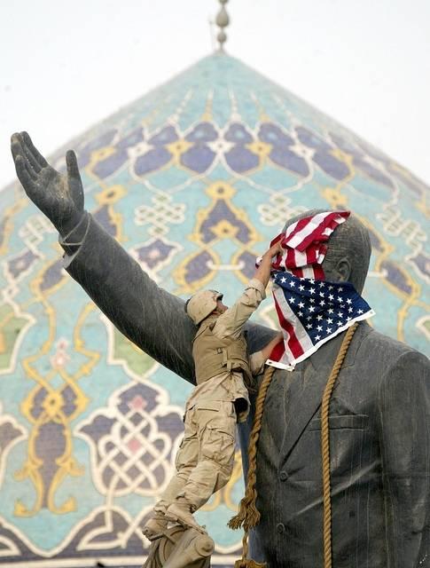 USA med allierte invaderer Irak og styrter Saddam Husseins regime i 2003.