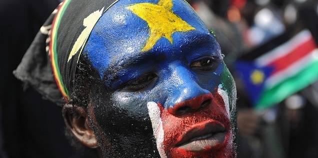 Selv om en felles nasjonal identitet er svak i Sør-Sudan, var det likevel stor støtte til statens uavhengighet. Her har en sørsudaner malt det sørsudanske flagget i ansiktet for å feire uavhengigheten i 2011 (Foto: UN Photo/Flickr)