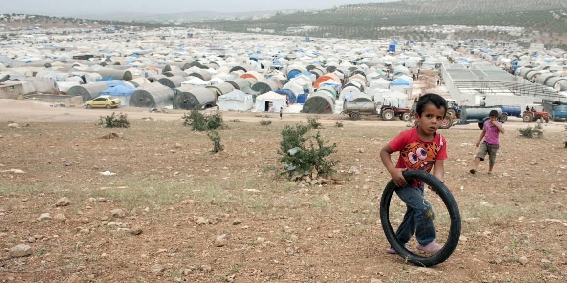 """I flyktningleiren """"Hands of Cooperation"""" har innbyggerne flyktet fra tønnebombing og artilleriangrep på byer og landsbyer. Barna i leiren har lite å gjøre. Foto: Andree Kaiser/MCT/Sipa USA"""