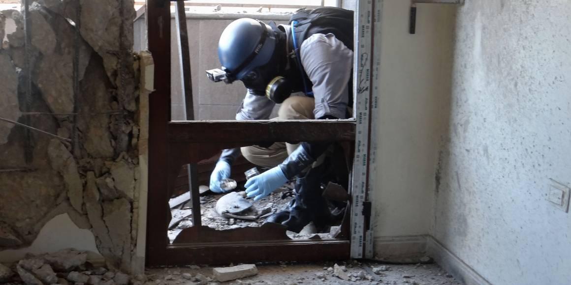 Vopnaeftirlitsmaður frá Sameinuðu þjóðunum tekur sýni í Ghouta, þar sem eldflaugar (líklega með efnavopnum) lentu í ágúst 2013. Mynd: AFP Photo/Ammar Al-Arbini