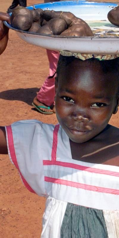 En jente selger mat i hovedstaden Bangui. UN Photo/Evan Schneider
